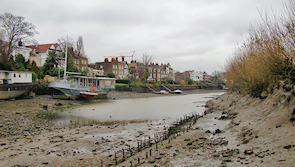 Chiswick Mall on the left and the muddy foreshore of Chiswick Eyot on the right