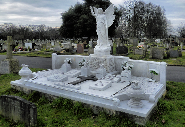 geograph-3360573-by-Marathon - Lincoln monument - Bandonhill Cemetery